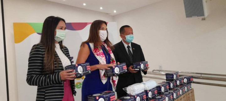 駐巴西代表張崇哲(右)與戈亞斯州長夫人賈欣雅(Gracinha Caiado,中)16日共同主持15萬口罩捐贈儀式