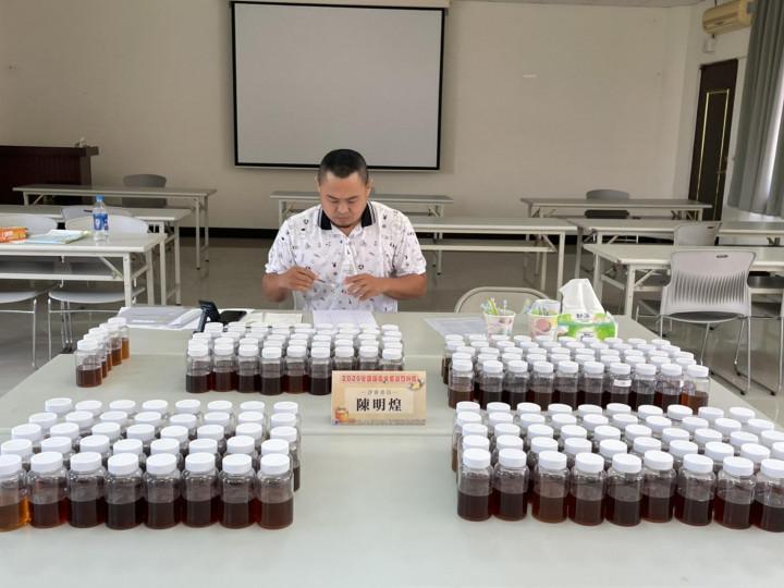 評審委員執行國產龍眼蜂蜜感官品評作業