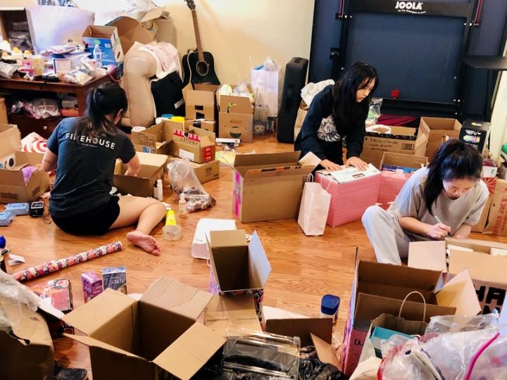有兩個月期間,矽谷台裔高中生陳孝儀家的客廳成了物 資集散處,她和同學們上完網課後,就忙著整理從社區 募得的物資,疫情不減在家做義工的熱情。