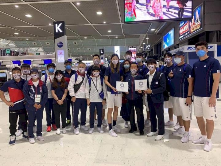 駐日代表謝長廷親自到成田機場歡送台灣選手返台。(圖:謝長廷臉書)