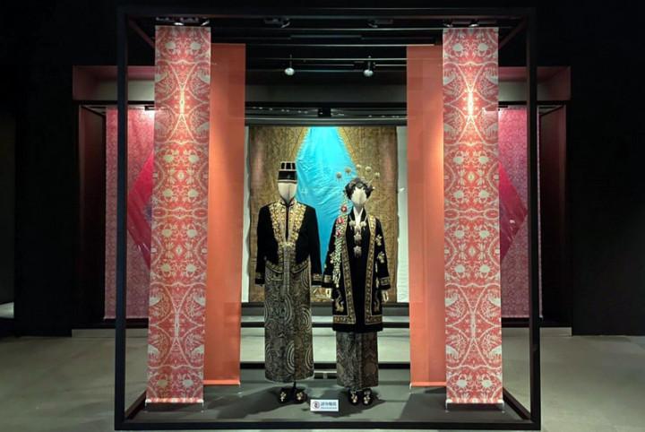 故宮南院「亞洲織品」常設展24日起再度登場,其中「 婚慶盛裝」單元搭配今年故宮亞洲藝術節,展示印尼「 中爪哇」傳統新人婚禮服飾。(故宮南院提供)