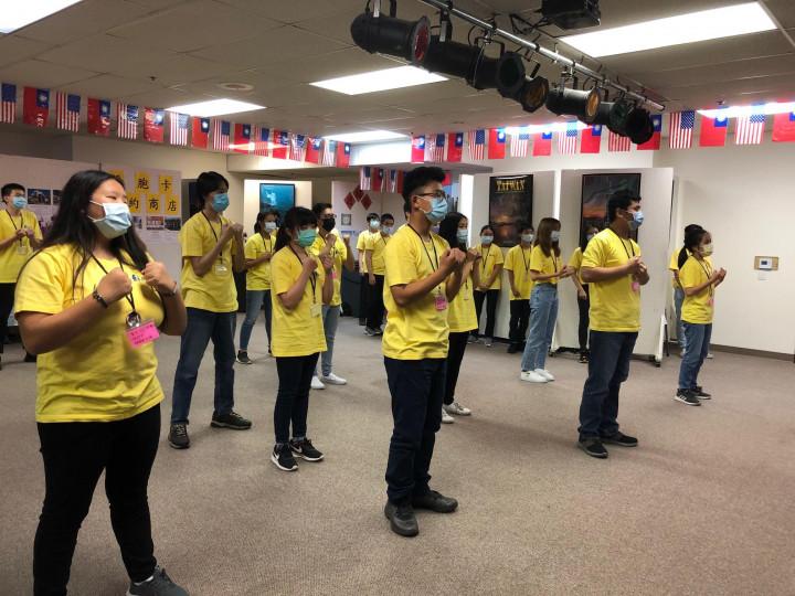 青年文化志工7月11日結業式的團歌團舞「我相信」。(袁玫/大紀元)