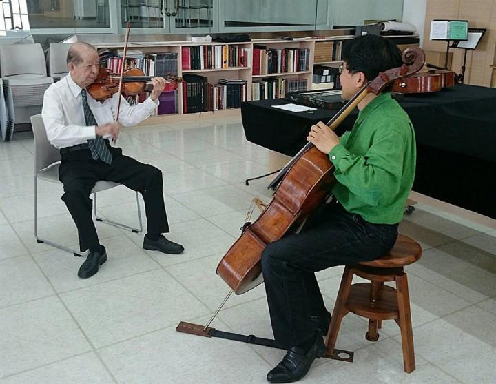 奇美博物館創辦人許文龍(左)與三船文彰一起演奏,以樂交流