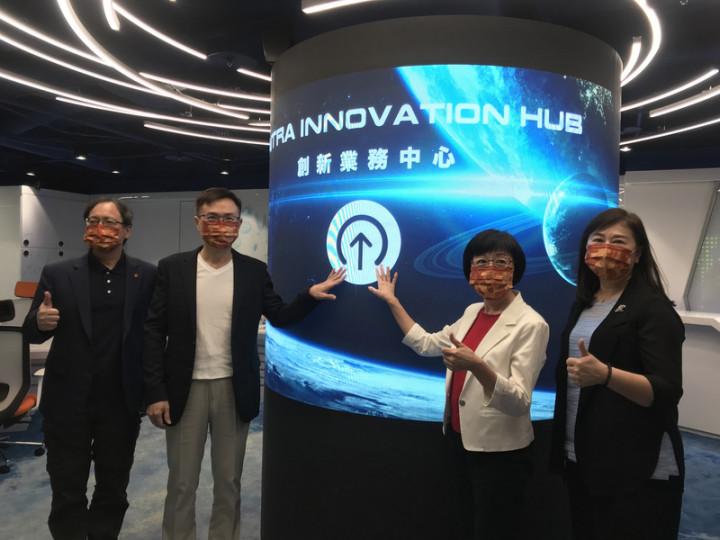 貿協29日舉辦創新業務中心開幕記者會,董事長黃志芳 (左2)闡述理念及未來目標,指中心就是貿協的旗艦 店,要讓貿協成為產業界網紅。