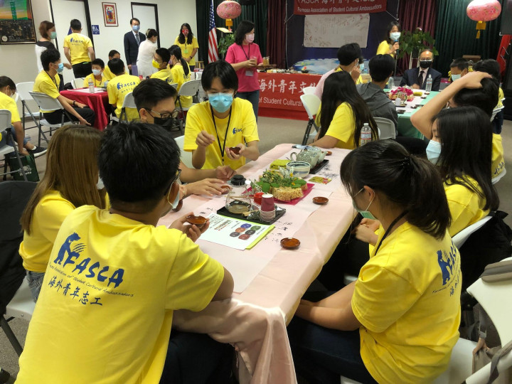 青年文化志工7月11日學習茶道。(袁玫/大紀元)