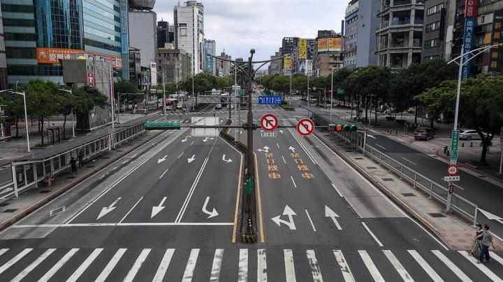 一張台北街頭三級警戒空無一人的畫面,震撼了遠居日本的牙醫三船文彰,決定請求政界好友協助,捐助台灣疫苗