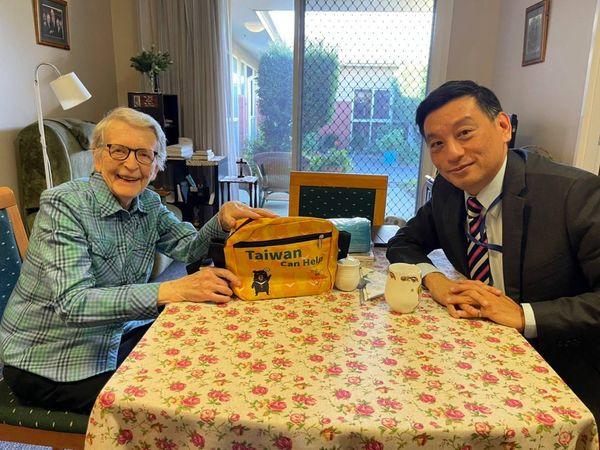 陶令文處長7月21日前往探望Angela Mary修女,並捐贈Mercy安養中心台灣製口罩