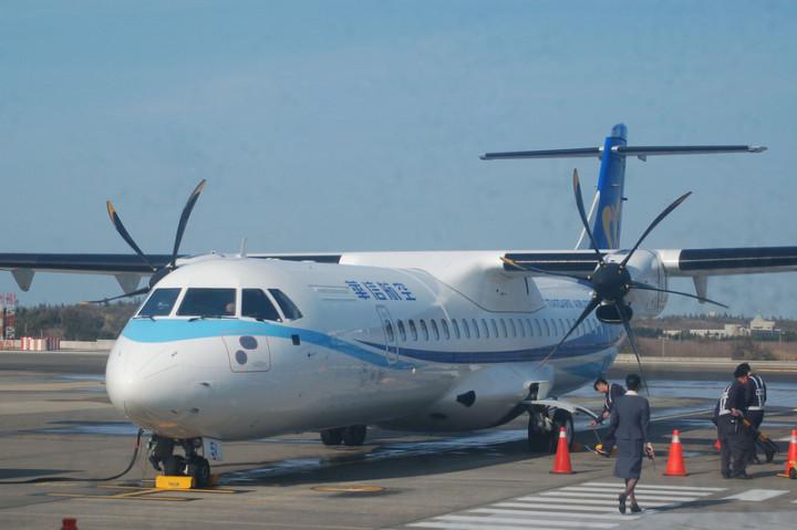 目前台澎各航線每日飛行至少有17航班,但仍常出現一 票難求情況。澎湖縣政府與華信航空合作,8月起台北 、高雄2航線,每天來回航線共保留24個機位,供離島 民眾急需使用。