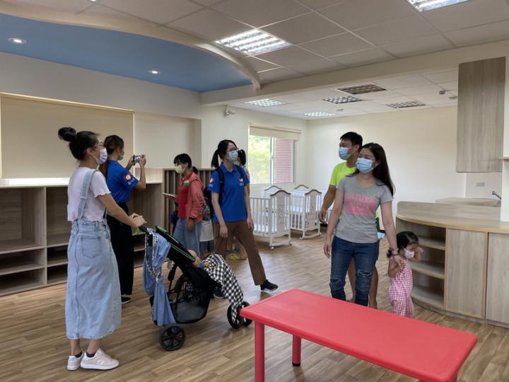 金門縣第一家社區公共托育家園「東沙社區公共托育家 園」預定8月7日營運,29日舉行招生說明會,安排工作 人員向家長介紹室內環境。