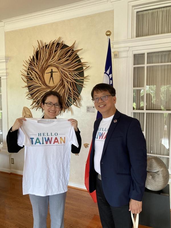 旅美台裔企業家江明信(右)近年在海外推動HELLO TAIWAN愛台行動,深入美國社會、廣結人緣,經常帶著相關文宣物品,介紹台灣。圖為6月他致贈駐美代表蕭美琴印有HELLO TAIWAN字樣的T恤。(江明信提供)