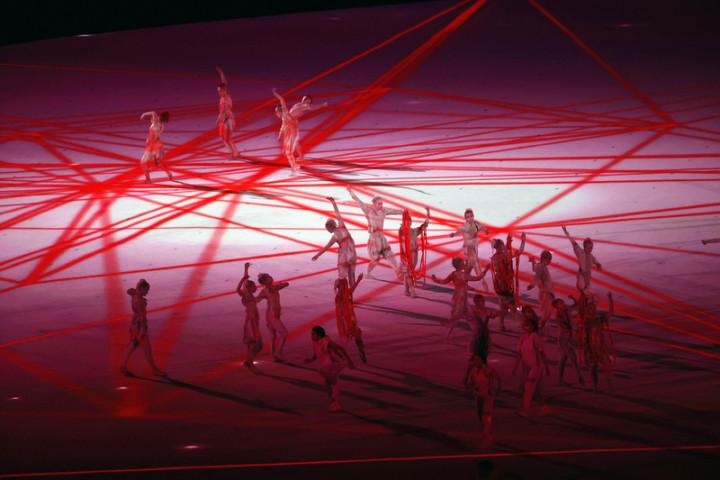 東京奧運23日晚間舉行開幕式,保密到家的表演節目終於揭曉,演出團隊在偌大空間中呈現精彩舞蹈。