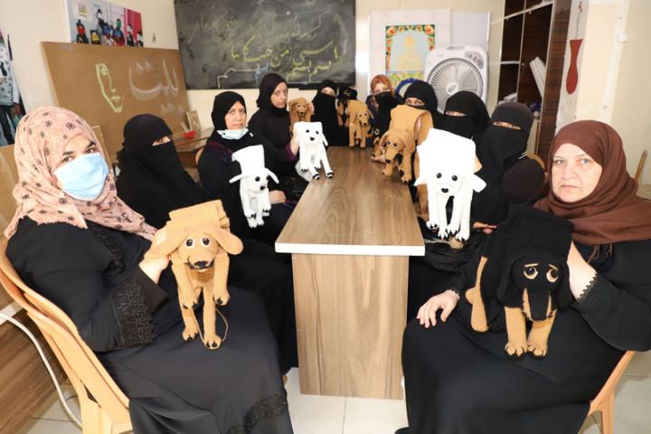台灣-雷伊漢勒世界公民中心2020年10月投入營運,初 期訓練敘利亞婦女用棉線進行編織。一群參與計畫的婦 女17日聚集編織「汪汪圍巾」。