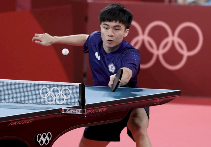 東京奧運桌球混雙項目銅牌戰26日晚間登場,台灣桌球「黃金混雙」與法國對手組合交鋒,最終以直落4獲勝奪下銅牌。場上林昀儒奮戰搶分。 (圖:中央社)