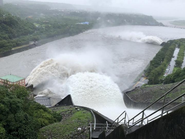 烟花颱風帶來豐沛雨量石門水庫溢洪道啟動洩洪1 烟花颱風帶來豐沛雨量石門水庫溢洪道啟動洩洪