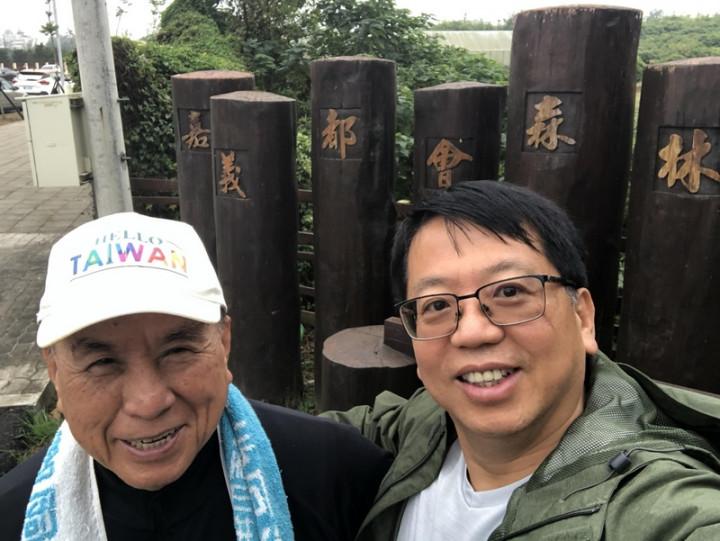 出生嘉義、現居紐約的台商江明信(右)12歲時跟隨父親江建一全家移居美國發展。現年82歲的江建一(左)退休回台定居,他戴著HELLO TAIWAN帽子支持江明信近年推動的海外愛台行動。(江明信提供)