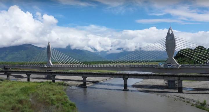 花蓮鳳林鎮箭瑛大橋是紀念44年前因公殉職的老師張箭、鄧玉瑛,經縣府爭取興建的二代橋梁已完工,29日將啟用通車。