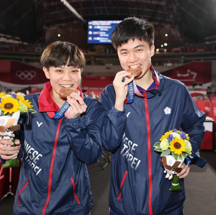 林昀儒(右)和鄭怡靜26日在東京奧運桌球混雙榮獲銅牌。(鄭怡靜臉書)