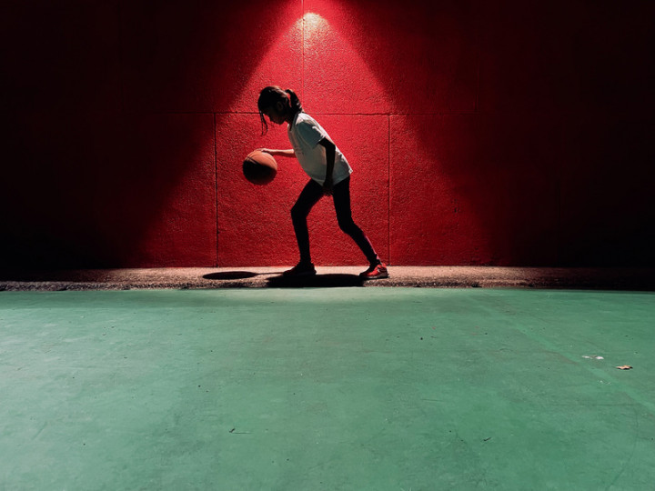 2021年iPhone Photography Awards(IPPA)攝影獎22日公布得獎名單,第一次投稿就獲獎的森爸是來自台灣的使用者經驗設計師,以iPhone 12 Pro拍下8歲女兒打籃球的樣子,在人物組獲得佳作。(蘋果公司提供)