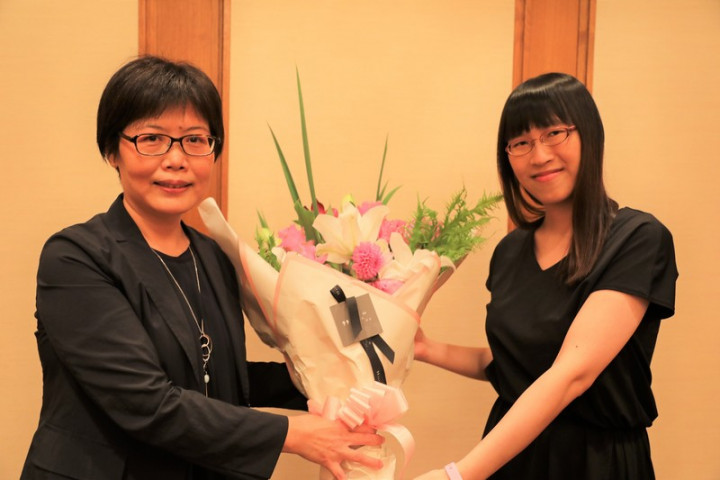 台灣旅日作家李琴峰(右)14日榮獲日本第165屆芥川 獎,成為史上首位獲此獎的台灣人。駐日代表處台灣文 化中心主任王淑芳代表至記者會現場獻花致賀。