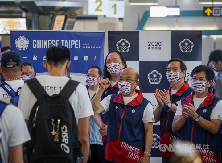Premier Su Tseng-chang (front, center) cheers members of Taiwan's Olympic team when they depart for Japan on Monday. CNA photo July 19, 2021