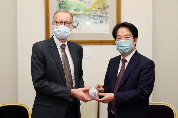 副總統致贈酈處長來自臺南的手工檜木鋼筆,酈處長則回贈陳偉殷及王建民的親筆簽名球