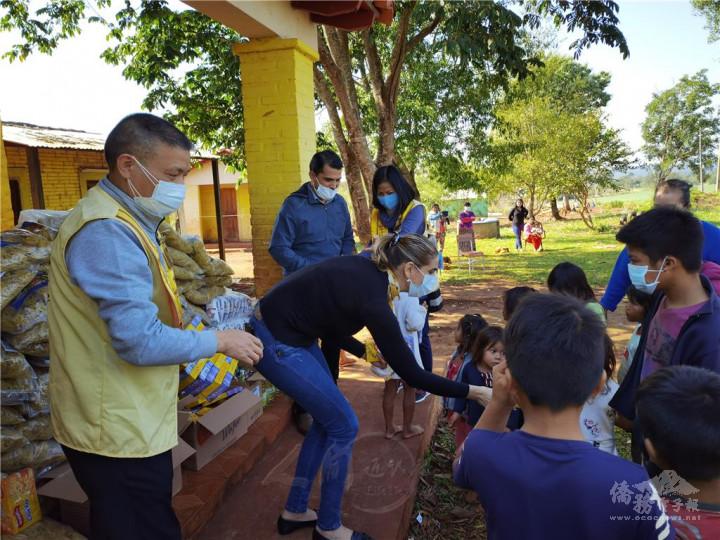 第二分會會長程平東(左)與佛朗哥市市長夫人暨巴拉圭國家眾議員羅亞·托雷斯(中),在印第安保留區8 de Diciembre部落共同發放物資。