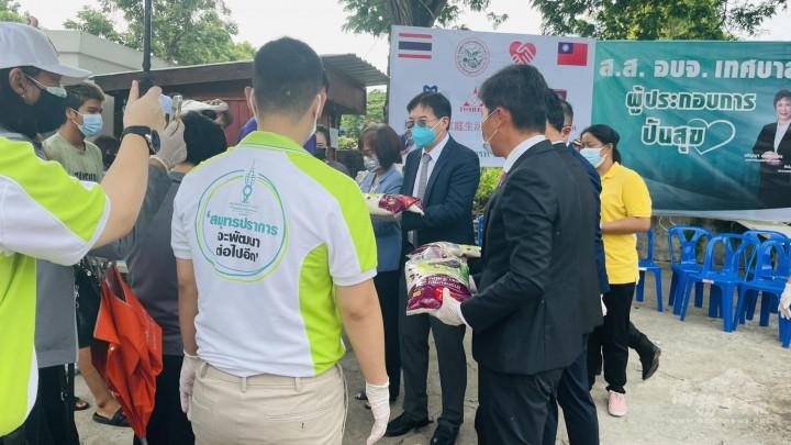 僑務組高家富組長(右二)現場參與發放民生物資