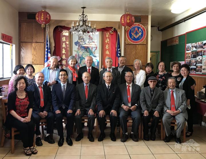 處長賴銘琪(前排右4)、主任蘇上傑(前排左3)與屋崙秉公堂幹部在大堂合影