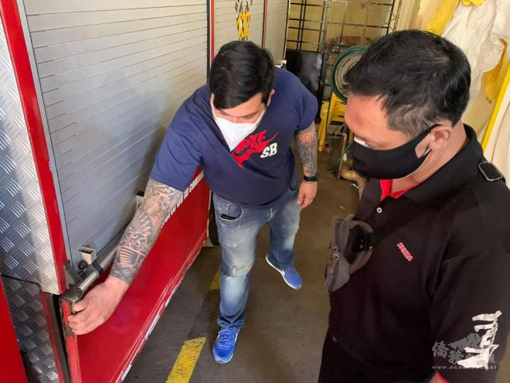 東方市義消隊主席費南德茲,向顧海疆逐一說明該消防車輛鈑金受損現況。(林碩彥提供)
