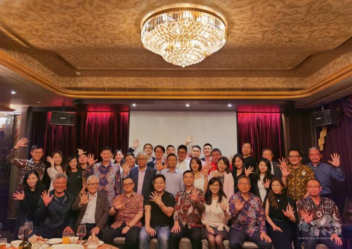 印尼青商會第5屆會員大會,會長楊順凱(前排右5)、與會貴賓及青商會員交流熱絡。