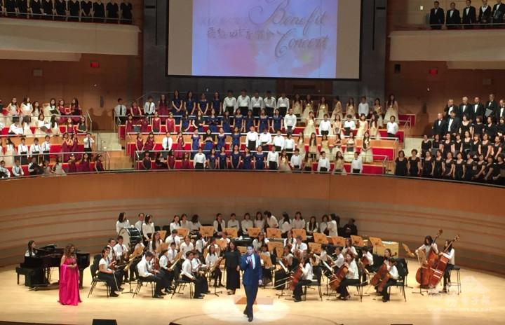中英文流利的林聖翔,擔任爾灣中文學校40周年慶音樂會主持人