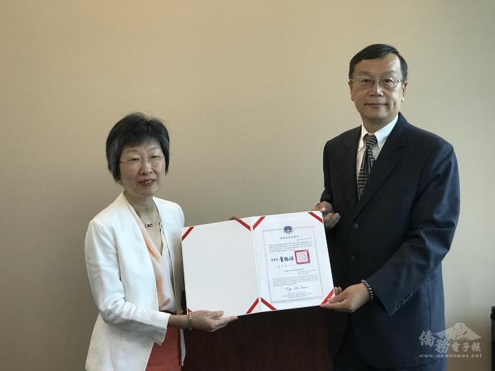 華府僑教中心主任郭大文頒發童委員長賀狀。