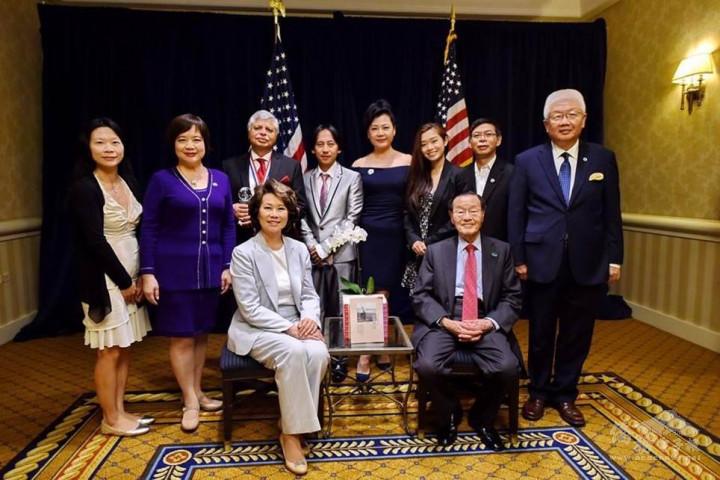簡雅琪與國際領袖基金會幹部合影