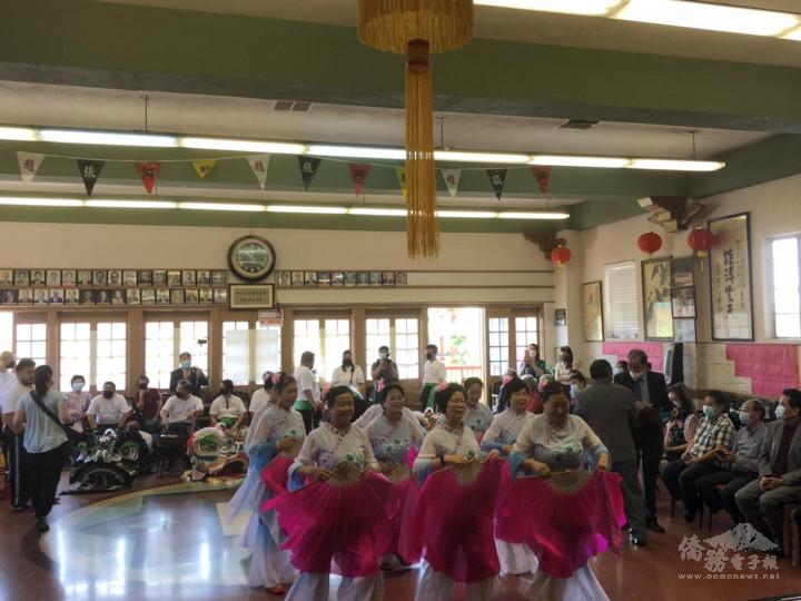 羅省龍岡親義公所舉行醒獅開光暨慶祝建樓72週年紀念祭祖典禮-公所婦女部9位成員帶來傳統民族舞蹈