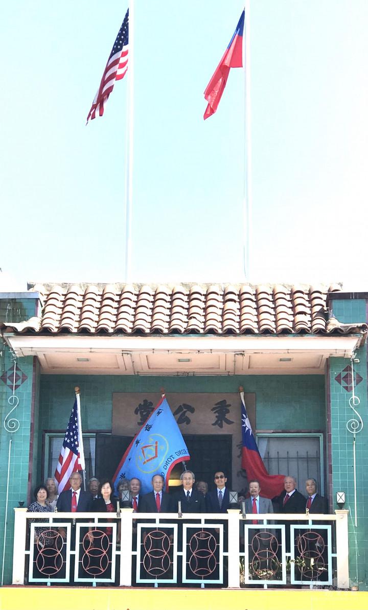 賴銘琪處長(前排右5)、蘇上傑主任(前排右4)與屋崙秉公堂幹部在中華民國國旗下合影