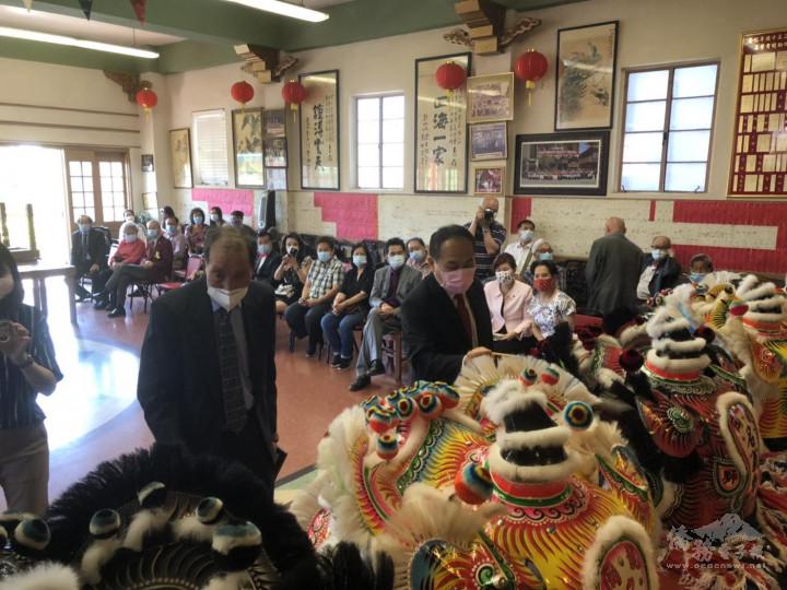 羅省龍岡親義公所舉行醒獅開光暨慶祝建樓72週年紀念祭祖典禮-處長黃敏境為獅頭點睛開光