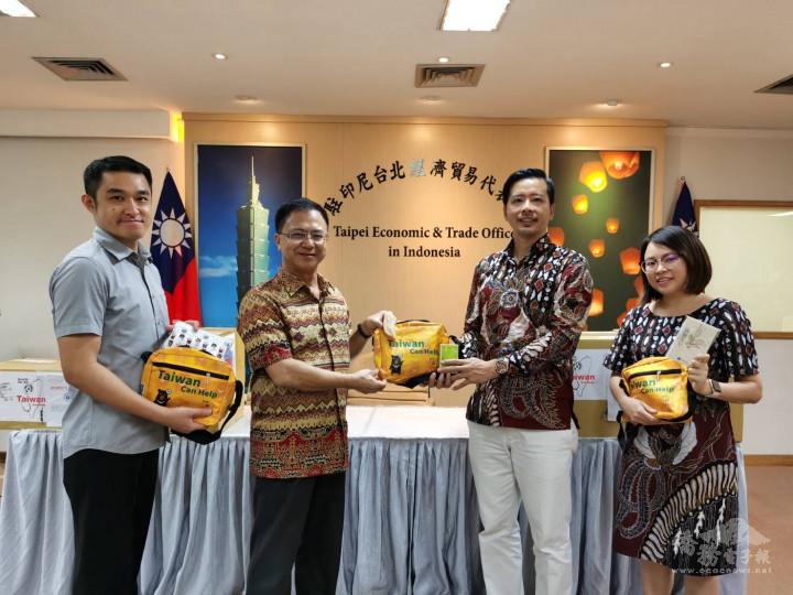 駐印尼代表處僑務組組長汪樹華(左2)致贈僑委會防疫關懷包予印尼青商會,由會長楊順凱(右2)代表接收。