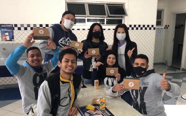 志工小組為捐血者提供點心餐盒飲料
