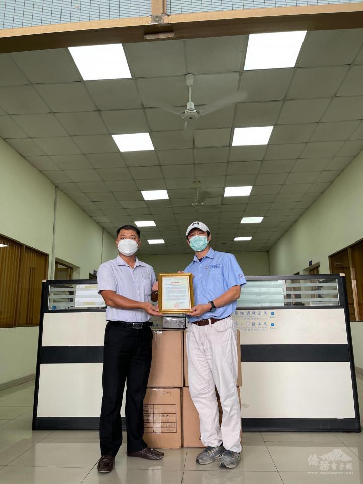 吳副會長昭宏(右)代表贈送快篩劑及接受越方感謝狀