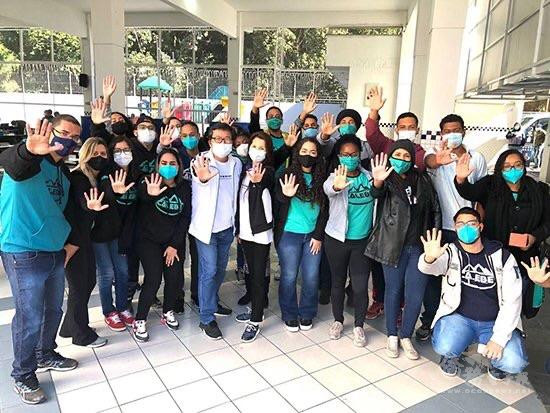 牧師陳進宏、組長支黃秀莉(中間)與捐血者一起呼籲大家支持捐血行動