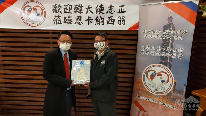 恩卡協會黃銀河會長(右)向來訪的中小企業輔導計畫陳俊儒專案經理,致贈見面禮品。