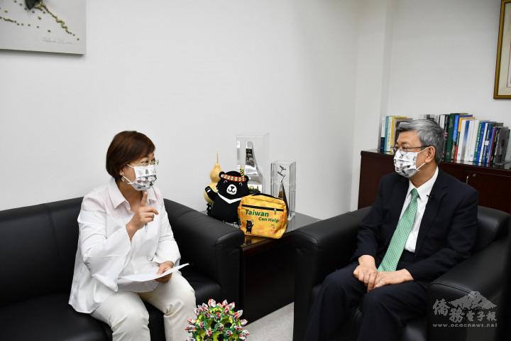 徐佳青(左)與陳建仁(右)一同解析國內防疫現況以及國產疫苗等相關議題