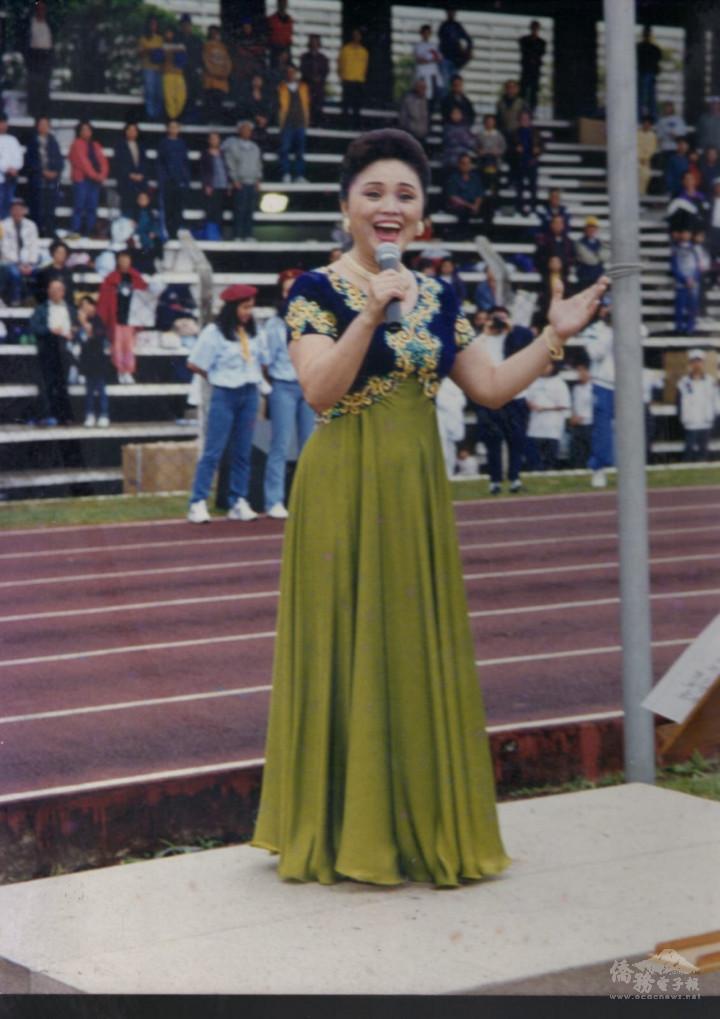 陳黃淑英在華僑運動會上演唱自己譜曲的運動會歌