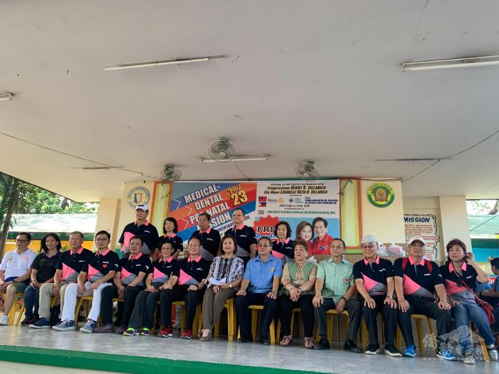 江福龍(前排右六)和臺灣3461扶輪社謝東隆總監辦大型義診,捐贈輪椅白米罐頭活動,臺灣扶輪社參加人員80位,其中有醫生40多位。