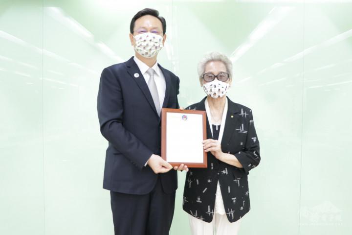 童振源委員長回贈蘇蔡彩秋女士感謝獎牌