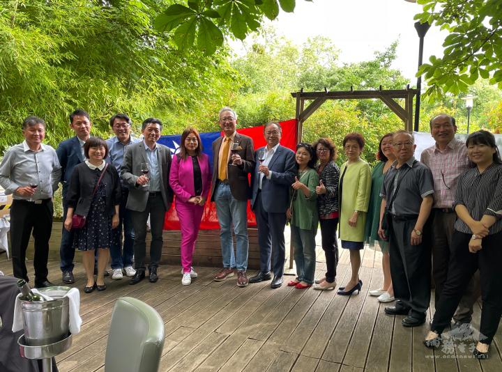 法國臺灣商會7月11日舉辦第27屆會員大會暨第28屆幹部改選,由鄭蓓斐(右6)獲選新任會長。駐法國代表處吳大使志中(左7)及僑務組長劉素秋 (左3)應邀出席,當日共計47人與會