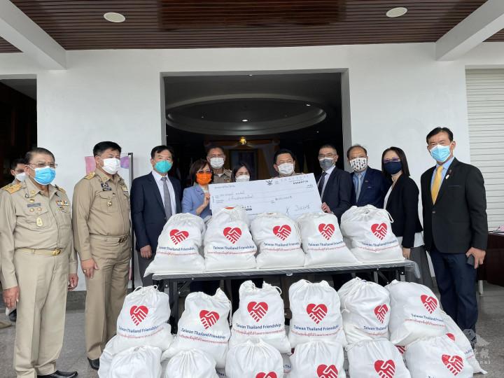捐贈儀式,由徐蔚民副代表(右4)率隊