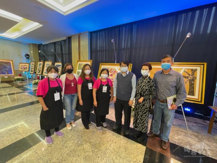 劉俊男主任(右三)、支黃秀莉組長(右二)、張宏昌僑務諮詢委員(右一)參觀後與參展者合影