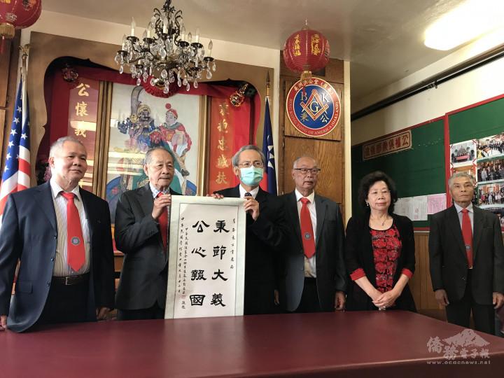 處長賴銘琪(右4)致贈賀軸予主席陳美牛(左2)
