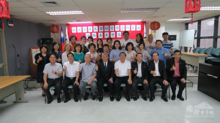 江福龍(右四)與駐菲律賓大使徐佩勇(左四)合影